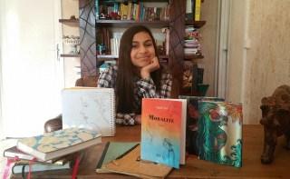 """Anjali Vial, jeune auteur de 12 ans et son livre, """"Moralité""""."""