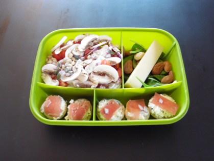 Salade de champignon, riz, pignons, tomates Pousses d'épinards, amandes et comté Champignons farçis au faux-mage noix de cajou