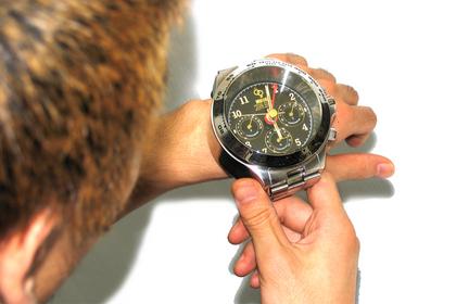 Огромные часы на небольшом запястье выглядят нелепо