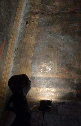 Milene Gil, Università di Evora, Portogallo. Esame in luce radente degli affreschi.