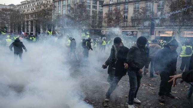 الأمن الفرنسي يستخدم الغاز المسيل للدموع وخراطيم المياه لتفريق المتظاهرين..