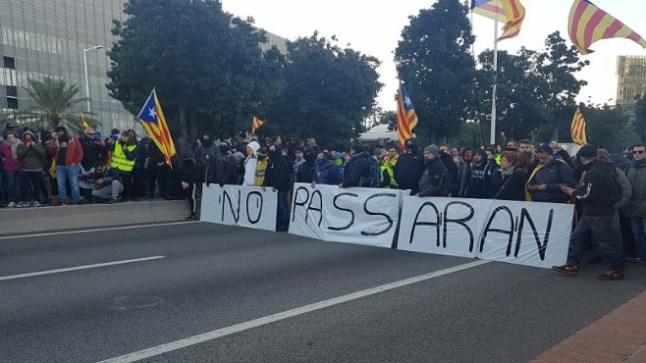 احتجاجات بكتالونيا تقطع الطريق على رئيس حكومة مدريد ووزراءه ومنعهم من الاجتماع ببرشلونة