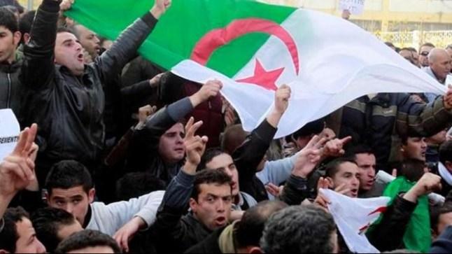 مواطنون جزائريون في مسيرات نحو القصر الرئاسي بالجزائر رفضا لترشح بوتفليقة
