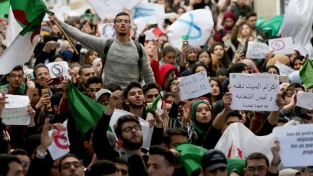 دعوة الجيش الجزائري لعزل بوتفليقة تلقى تأييد عشرات القياديين في الحزب الحاكم!
