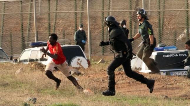 إصابات في صفوف الأمن الإسباني في اقتحام أكثر من 200 مهاجر إفريقي مليلية!