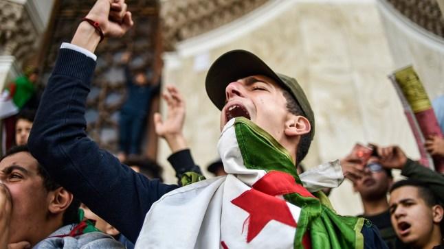 الجزائريون يطالبون بإبعاد قيادة الأركان عن السياسة..