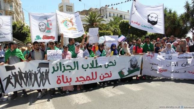 الجزائر: الطلبة يعودون للشارع للتظاهر رفضا للانتخابات الرئاسية..