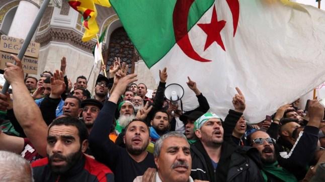 الجزائريون ينزلون إلى الشارع من أجل رحيل رموز نظام بوتفليقة للجمعة الـ32 على التوالي..