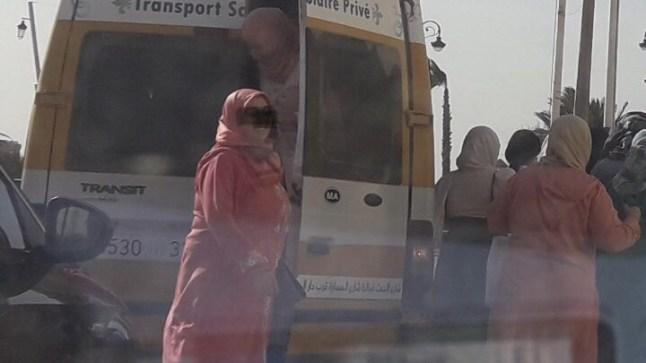 حشد سيارات النقل المدرسي والأطفال لحضور تجمع العثماني بالعيون رغم تهديد فيروس كورونا والمنع الحكومي