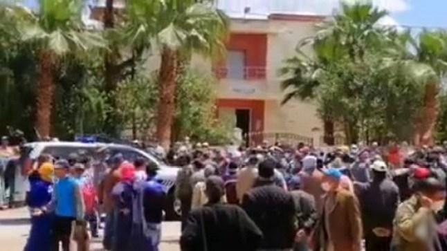 حشود من المواطنين يخرقون الطوارئ بالخميسات احتجاجاً على إقصائهم من مساعدات صندوق كورونا