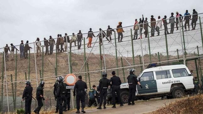 قتيل و جرحى في اقتحام مئات المهاجرين الأفارقة لسياج مليلية!