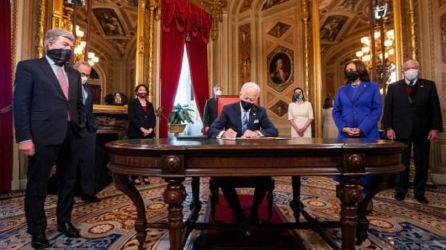 جو بايدن يبدأ مهامه بالتوقيع على عدة أوامر تنفيذية تٌبطل قرارات سلفه دونالد ترامب