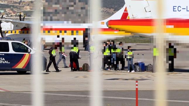 السلطات الإسبانية تقتحم مركز مهاجرين ليلاً و تُرحِّل مغاربة مُكبَّلين إلى العيون !