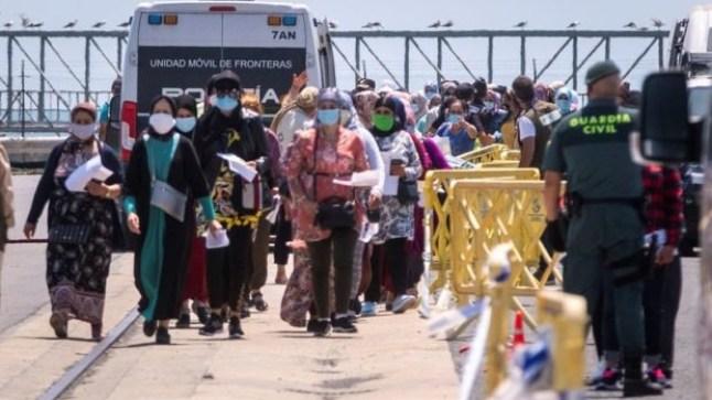 المغرب يفتح الحدود مع إسبانيا لإعادة أكثر من 12 ألف من العاملات الموسميات