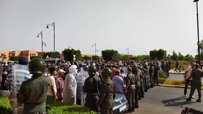 الأمن يتدخل لتفريق اعتصام عبد الرحيم بوعيدة رفقة العشرات من أنصاره أمام ولاية كلميم احتجاجا على نتائج الانتخابات