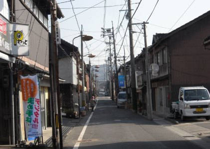 旧山陽道厚狭商店街を歩く その3美祢線の踏切を渡る。
