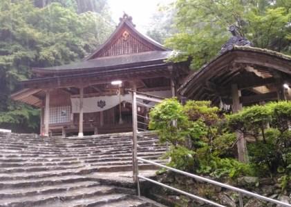 雨降りの中 ZenFone MAXで撮影した山口大神宮の神楽殿と多賀神社