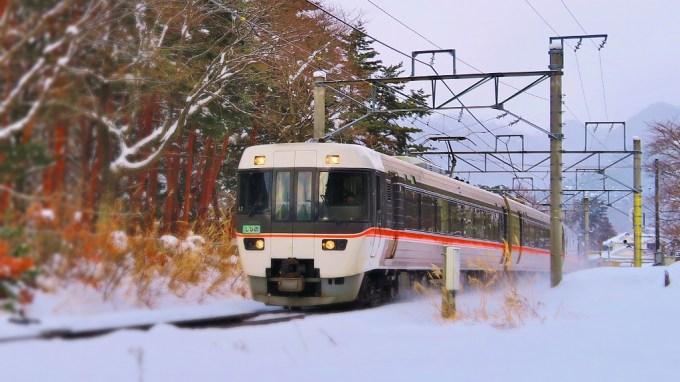 JR篠ノ井線冠着駅特急しなの雪景色