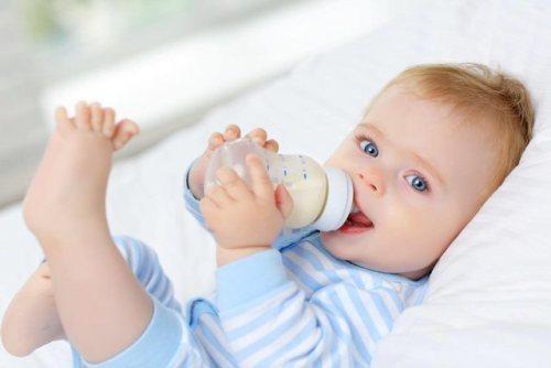 Cách tập bé bú bình