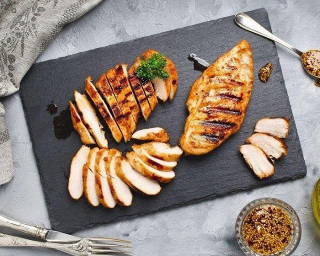 Ức gà nướng là sự lựa chọn tốt hàng đầu trong thực đơn eat clean