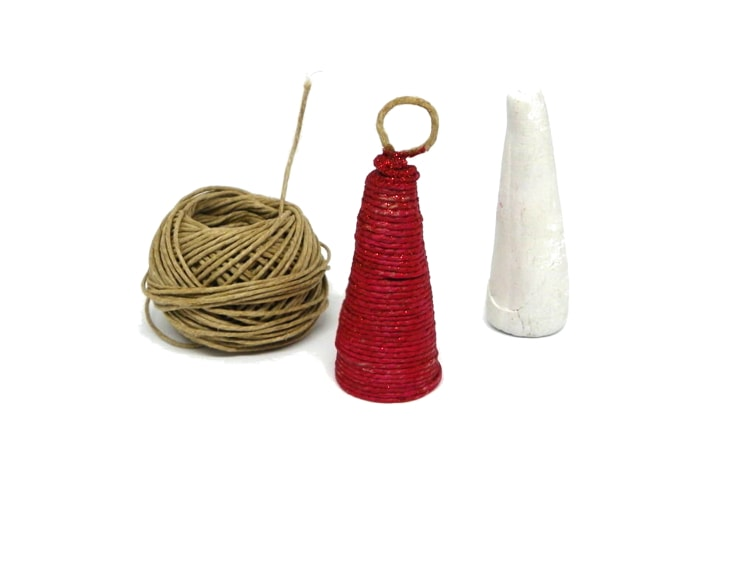 adorno de navidad hecho con cuerda de yute, un molde, cuerda de yute, pinturas acrilicas y purpurina