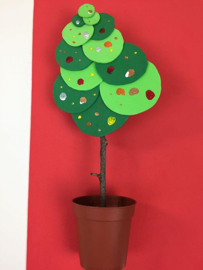 árbolito de Navidad hecho a base de trocitos de goma EVA