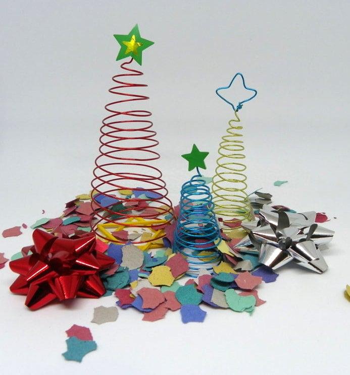 arbolitos de navidad hechos con alambre de colores