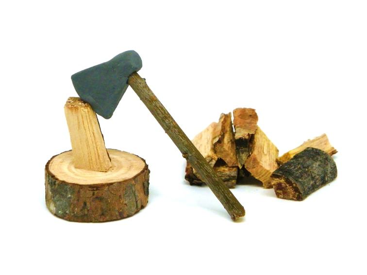miniatura decorativa de un hacha de leñador para escenografia del belen