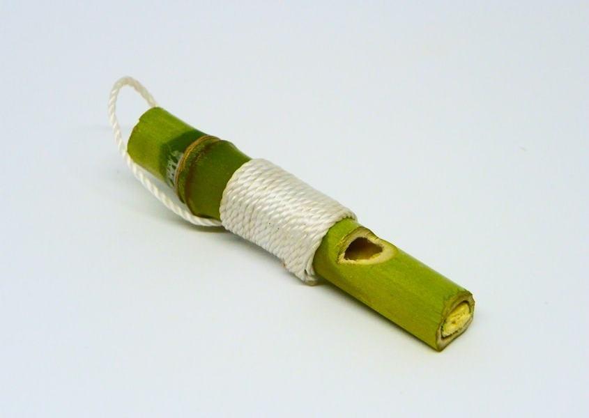 ¿Cómo se hace un silbato llavero con caña de bamboo?