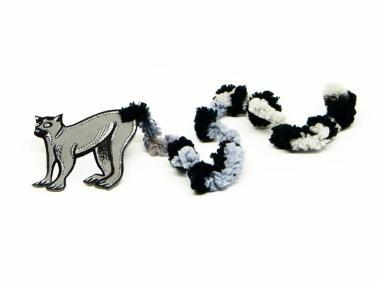 marcapaginas de un lemur hecho con goma eva y lana