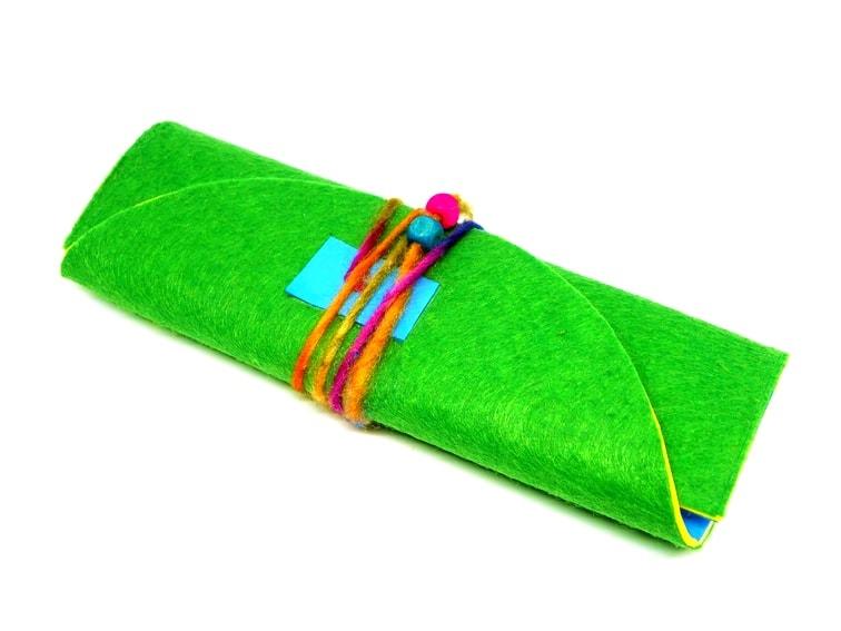 Estuche plegable hecho con goma eva y fieltro de colores