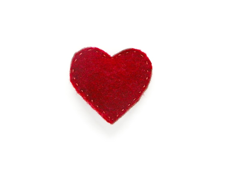 Broche de fieltro con forma de corazón