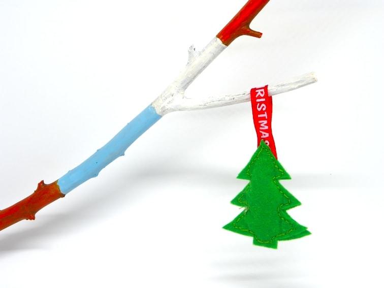 broche de fieltro con forma de arbol de navidad