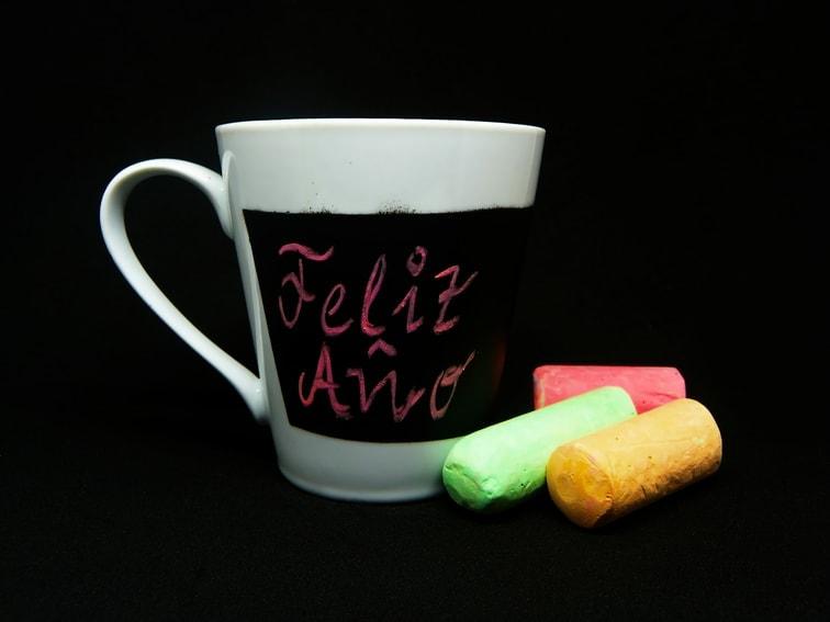 taza pizarra de ceramica y tizas de colores