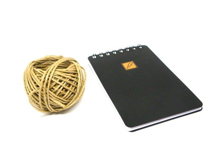 cuerda y libreta para tablon de notas
