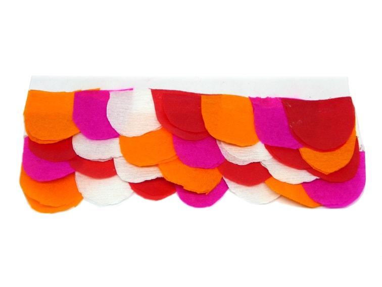 cuatro filas de escamas de colores hechas con papel crespon para hacer bandera koinobori