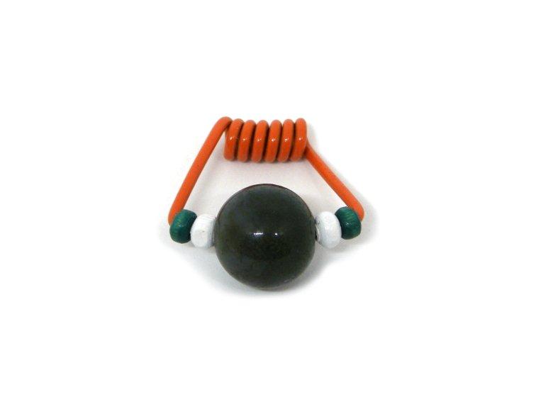 colgante hecho con clip de muelle de una pinza, cuentas y abalorios de colores