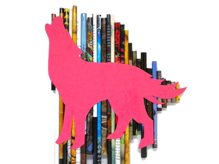 figura decorativa de un lobo aullando hecha con cartulina y rollos de papel de revista