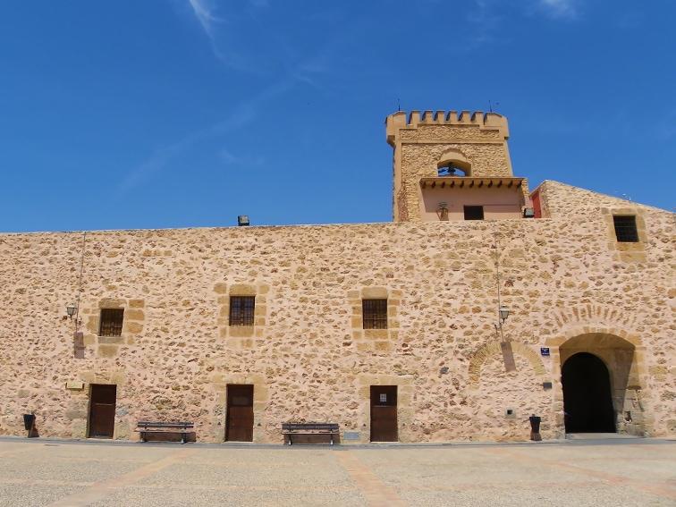 vista desde la plaza del castillo fortaleza de santa pola