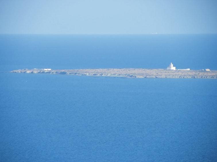 parte de la isla de tabarca vista desde el mirador flotante del cabo de santa pola