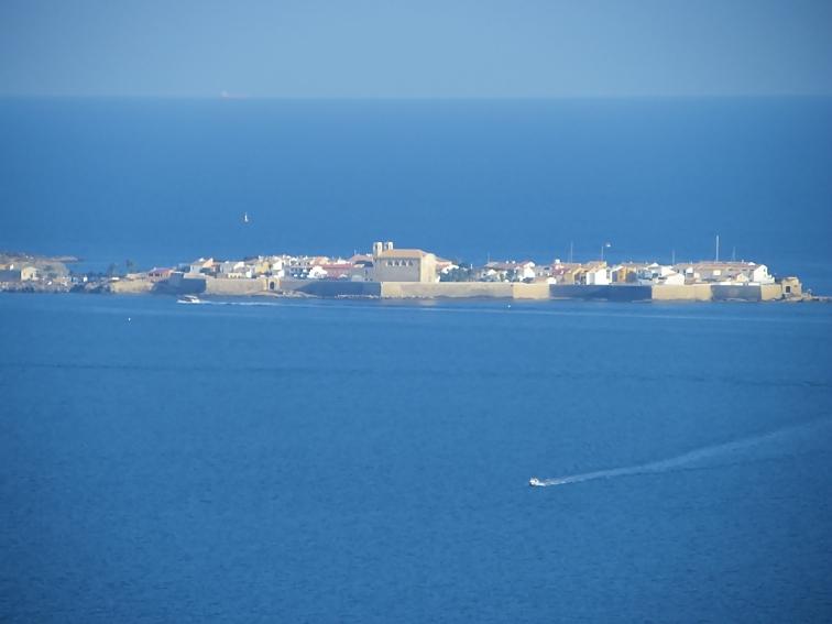 pueblo de la isla de tabarca visto desde el cabo de santa pola en el mirador flotante