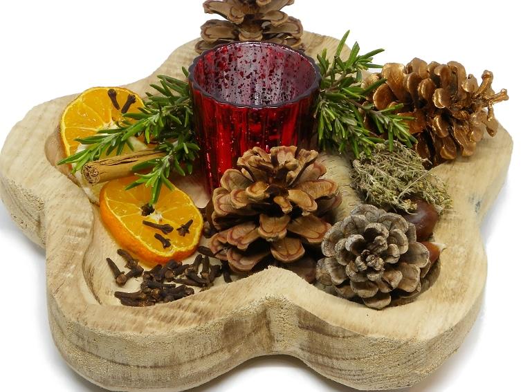 centro de mesa aromatico hecho con un bol de madera especias y hierbas aromaticas fruta seca piñas y otros elementos