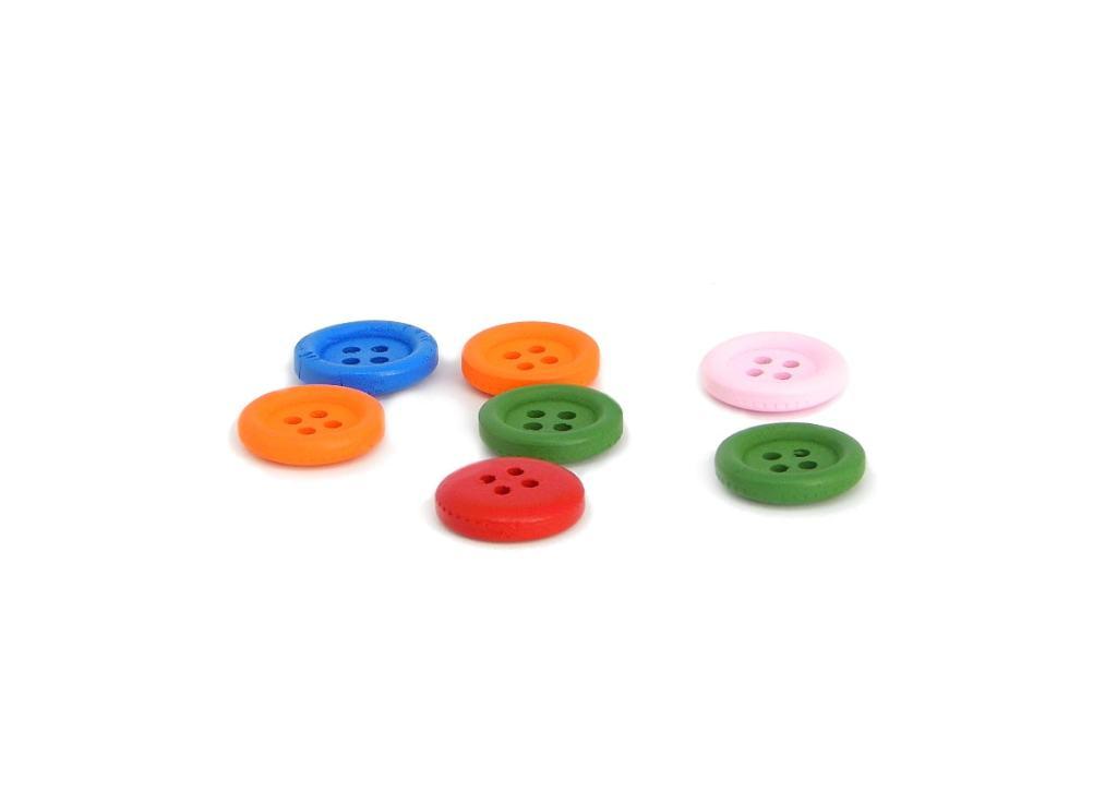 botones de colores para adornar arbol de navidad hecho con lana de colores