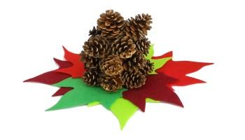 centro de mesa de navidad hecho con piñas secas y hojas de fieltro de colores