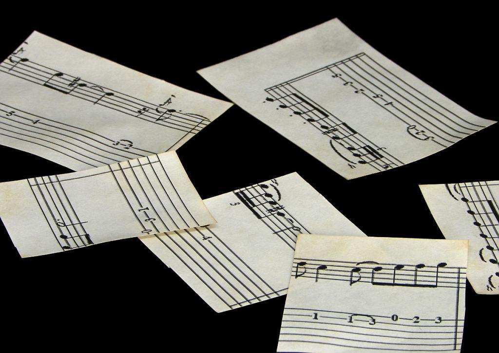 fragmentos de una partitura en papel envejecido con cafe para adornar mascara veneciana