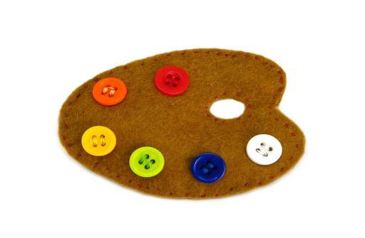 broche de fieltro y botones de colores con la forma de una paleta de pintor