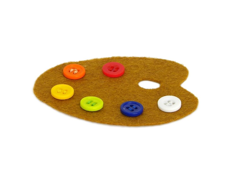 segunda pieza de fieltro color marron con botones de colores cosidos para hacer broche de una paleta de pintor