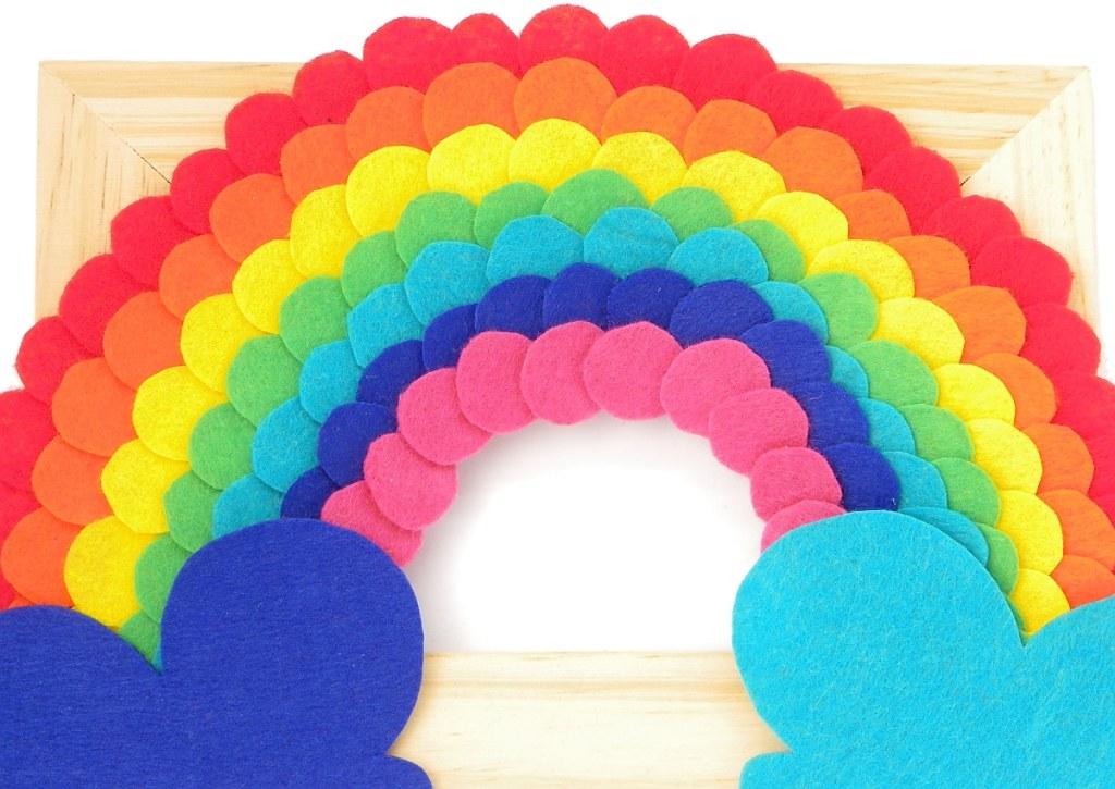 vista de cerca del cuadro de un arcoiris hecho con fieltro de colores