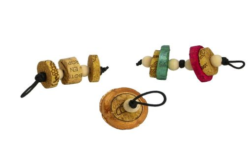 tres llaveros hechos con rodajas de tapones de corcho y cuentas espaciadoras