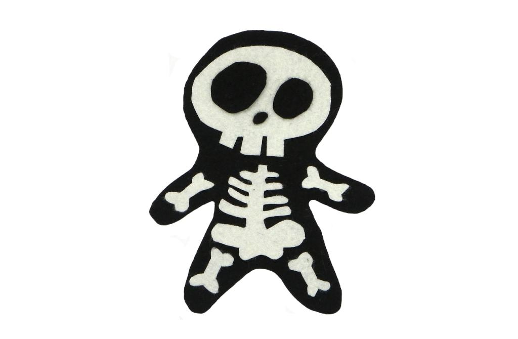 adorno de halloween de un esqueleto hecho con fieltro de colores
